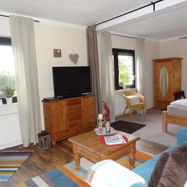 Wohnzimmer Ferienwohnung Vogt in Mertloch, Urlaub auf dem Maifeld