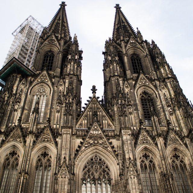 Der Dom ist das Wahrzeichen von Köln. Der perfekte Ausgangsort für einen Ausflug nach Köln
