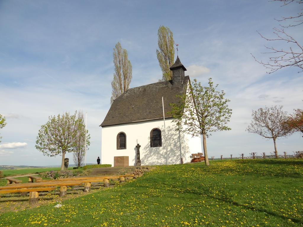 Heilig Kreuzkapelle in Mertloch, ein Ausflugsziel auf dem Maifeld